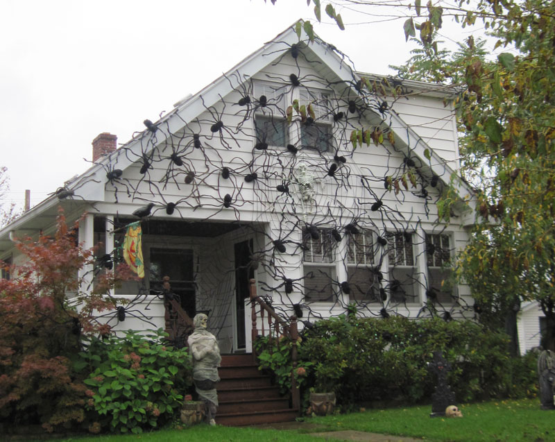 scary-outdoor-halloween-decoration