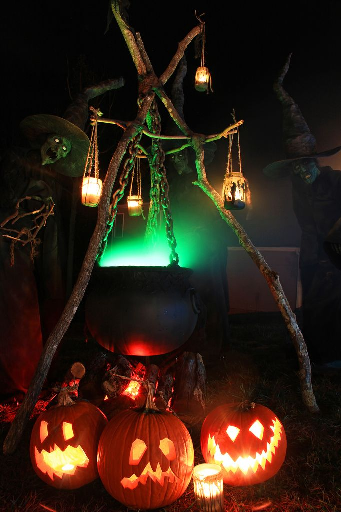 witches-cauldron-halloween-decoration-1